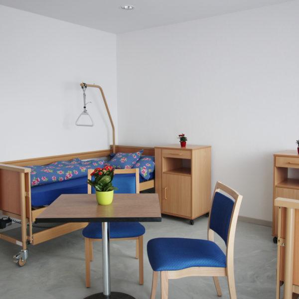 Ansicht eines Schlafzimmer in der Pflegewohnung Weitblick mit einem bequemen und praktischen Pflegebett